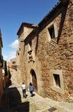 Turistas, la ciudad medieval de Caceres, Extremadura, España Foto de archivo libre de regalías