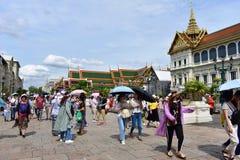 Turistas maciços no palácio grande em Banguecoque Tailândia imagem de stock royalty free