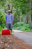 Turistas masculinos con las maletas rojas imagen de archivo