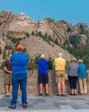 Turistas memoráveis nacionais do Monte Rushmore no terraço grande da vista foto de stock