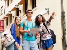 turistas Multi-étnicos de los amigos foto de archivo