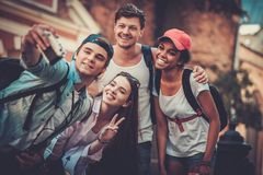 Turistas multirraciales de los amigos en una ciudad vieja Fotos de archivo libres de regalías