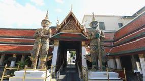 Turistas não identificados em Wat Phra Kaew o 24 de outubro de 2016 em Banguecoque, Tailândia Fotografia de Stock Royalty Free