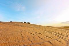 Turistas não identificados nas dunas de areia brancas Foto de Stock