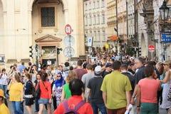 Turistas não identificados no centro de cidade de Praga Fotos de Stock