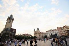 Turistas não identificados no centro de cidade de Praga Imagem de Stock