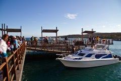 Turistas não identificados no porto de San Cristobal imagens de stock