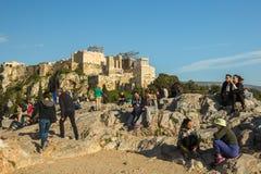 Turistas na acrópole velha famosa da cidade A construção começou em 447 BC no império ateniense Imagens de Stock
