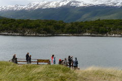 Turistas na baía Lapataia no parque nacional de Tierra del Fuego foto de stock