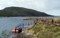 Turistas na baía Lapataia no parque nacional de Tierra del Fuego fotografia de stock