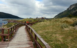 Turistas na baía Lapataia no parque nacional de Tierra del Fuego imagens de stock