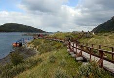 Turistas na baía Lapataia no parque nacional de Tierra del Fuego fotos de stock royalty free