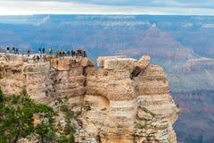 Turistas na borda de Grand Canyon profundamente, GC NP EUA Fotos de Stock