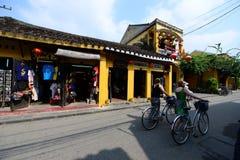Turistas na cidade antiga de Hoian Fotografia de Stock Royalty Free