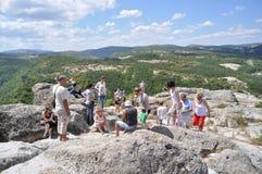 Turistas na cidade antiga Perperikon de Thracian fotos de stock royalty free