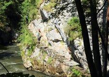 Turistas na descoberta da garganta no paraíso eslovaco fotografia de stock