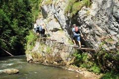 Turistas na descoberta da garganta no paraíso eslovaco imagens de stock royalty free