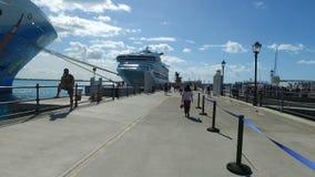 Turistas na doca bonita perto dos navios de cruzeiros, ilhas de Bermuda, Oceano Atlântico norte vídeos de arquivo
