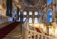 Turistas na escadaria de Jordânia do museu de eremitério fotos de stock royalty free