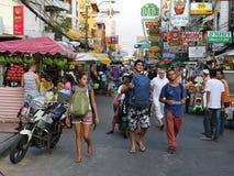 Turistas na estrada de Khao San em Banguecoque Fotografia de Stock Royalty Free