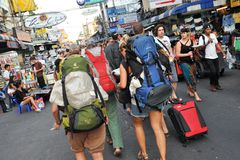 Turistas na estrada de Khao San em Banguecoque Foto de Stock Royalty Free