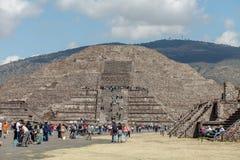 Turistas na estrada dos mortos contra o contexto da pirâmide da lua teotihuacan Cidade do México Imagem de Stock Royalty Free