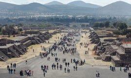 Turistas na estrada dos mortos teotihuacan Cidade do México Fotos de Stock Royalty Free