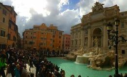 Turistas na fonte do Trevi, Roma, Itália foto de stock