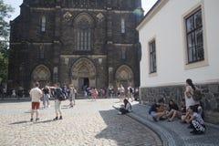 Turistas na frente da basílica de St Peter e de Paul imagem de stock royalty free