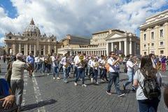 Turistas na frente da basílica do ` s de St Peter em Cidade Estado do Vaticano, Roma, Itália imagem de stock