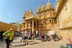 Turistas na frente do templo Jain dentro do forte de Jaisalmer fotografia de stock royalty free