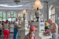 Turistas na galeria de Narzan de Kislovodsk foto de stock royalty free