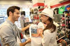 Turistas na loja de lembranças foto de stock royalty free
