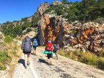 Turistas na maneira de Lycian imagens de stock royalty free