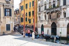 Turistas na margem Fondamenta Preti Castello Imagens de Stock