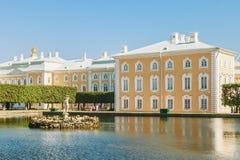 Turistas na parte superior das fontes do parque em Peterhof Fotos de Stock Royalty Free