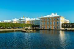 Turistas na parte superior das fontes do parque em Peterhof Foto de Stock Royalty Free