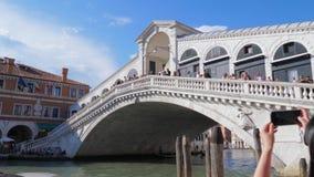 Turistas na ponte de Rialto, os locais históricos de Europa filme