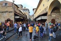 Turistas na ponte de Ponte Vecchio em Florença, Itália Imagem de Stock Royalty Free