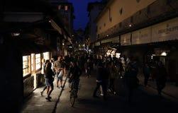 Turistas na ponte de Ponte Vecchio em Florença, Itália Imagem de Stock