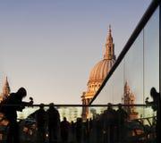 Turistas na ponte do milênio, St Paul, Londres imagem de stock