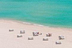 Turistas na praia fotografia de stock