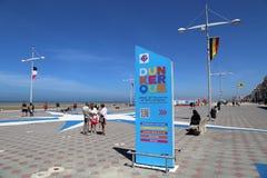 Turistas na praia de Dunkirk em França Foto de Stock