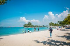Turistas na praia de Siloso, ilha de Sentosa, Singapura foto de stock