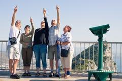 Turistas na rocha de Gibraltar fotografia de stock royalty free