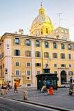 Turistas na rua de Lombardi do dei do Largo em Roma em Itália Fotos de Stock Royalty Free