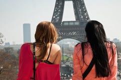 Turistas na torre Eiffel em Paris Imagens de Stock Royalty Free