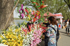 Turistas nas flores Imagens de Stock Royalty Free