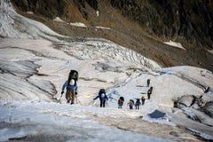 Turistas nas montanhas caucasianos Imagem de Stock