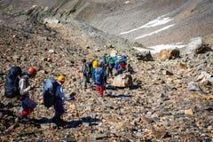 Turistas nas montanhas caucasianos Imagens de Stock